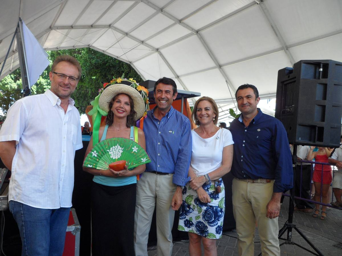 Victoria Abril puja por los mejores tomates en Coín