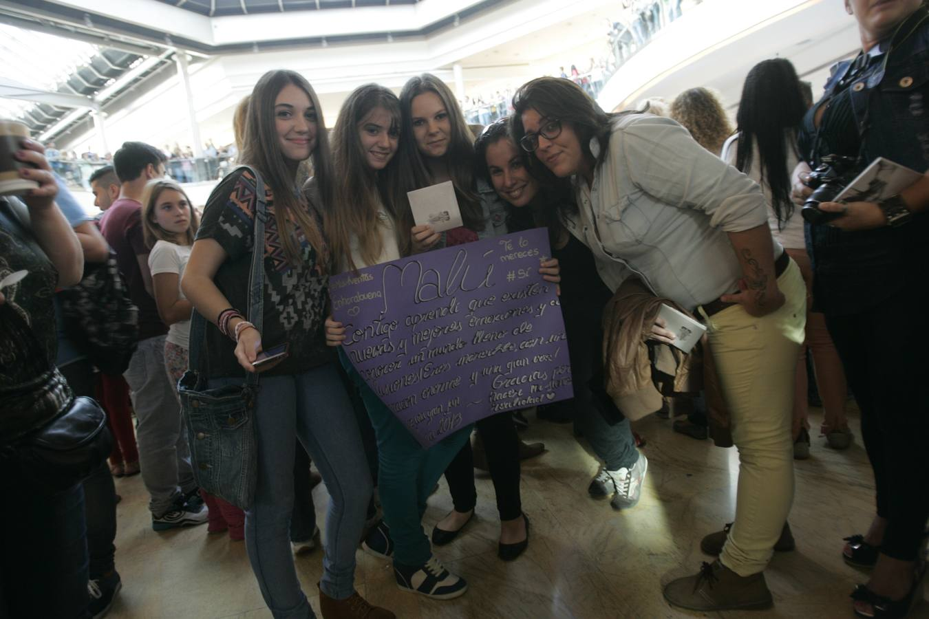 Los fans de Malú en Málaga llenan el Centro Comercial Rosaleda