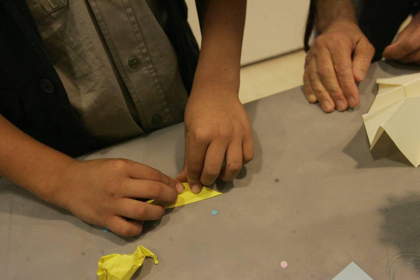Niños aprenden a hacer la paloma de Picasso en papel