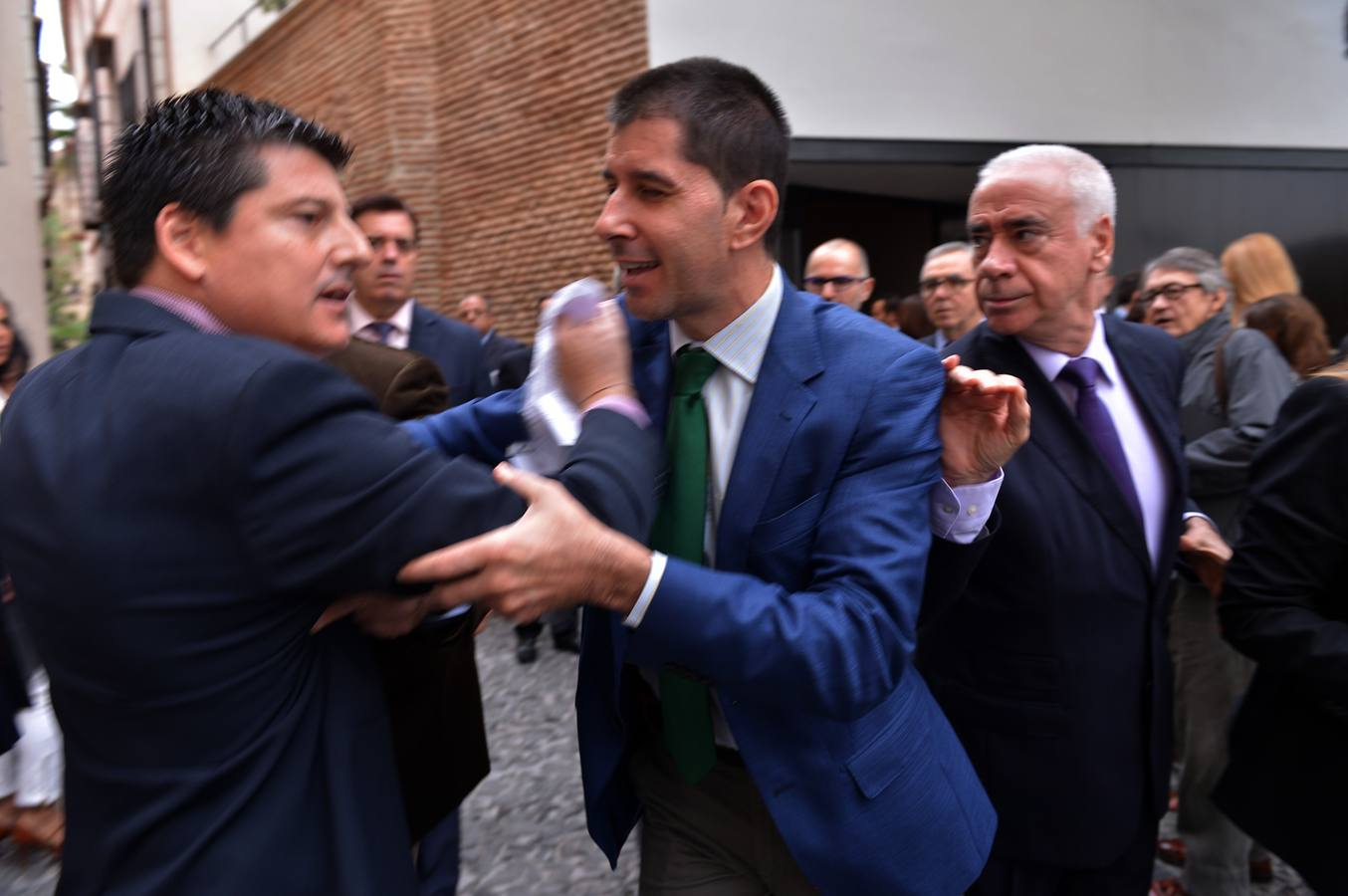 Alcaldes del PP pierden los papeles en un 'escrache' a Susana Díaz