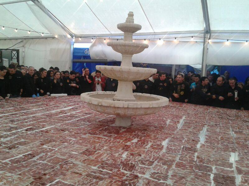 Benarrabá entra en los Guinness con el plato de jamón más grande del mundo